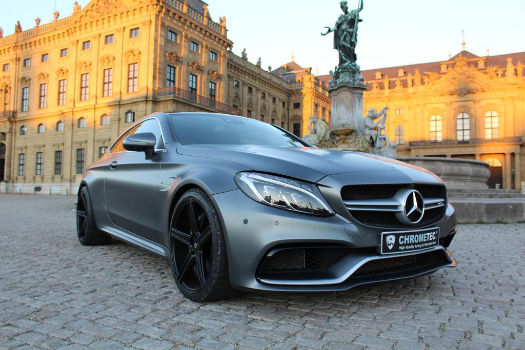 Ein Mercedes AMG C63 vor prunkvoller Kulisse